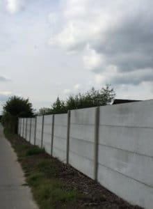 betonnen afsluiting met platen