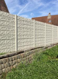 Betonnen afsluiting plaatsen uitvoeringen en prijzen for Moderne afsluiting tuin