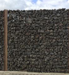 steenkorf houten palen bruin