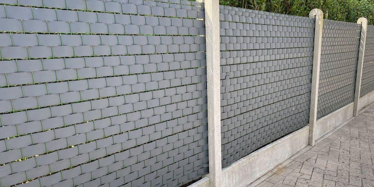 Zwarte afsluiting beton en metaaldraad